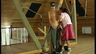 Зрелая женщина приготовила сюрприз своему мужчине и завязала ему глаза