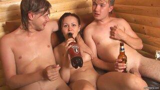Мокрая брюнетка ебется с двумя мужиками в сауне и радуется камшоту