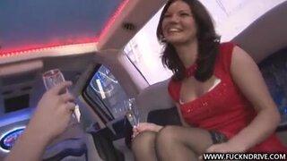 Подвез сексапильную девушку и трахнул прямо в машине, ее попку