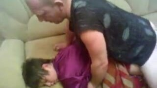 Мужик оприходовал спящую женщину, после пьянки