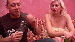 Зрелая блонда не хотела секса, но пьяный мужик грубо поимел ее