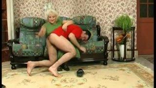 Бабуля застукала внучка за дрочевом. А потом показала как надо трахаться.