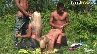 Русский пикап, парни искали реку и девушки помогли им отдохнуть.