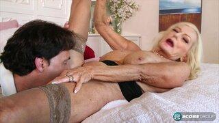 Бабушка Лайла Роз, занимается сексом с мужиком в своём доме
