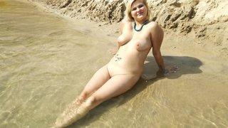 Зрелая мамаша балдеет на песчаном пляже