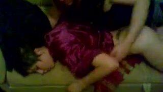 Мужик выебал спящую бабу в пизду, не разбудив алкашку