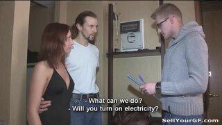 Электрик трахнул рыжую девушку при ее муже в счет долга