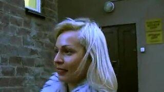Приведя на балкон многоэтажки, русский развел блонду на быстрый секс