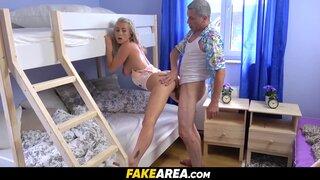 Женщина мастурбирует в кровати, а ее друг подглядывает