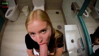 Молодая девушка отсосала большой член и трахнулась в туалете