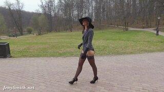 Стройная мадам в чулках, демонстрирует свои прелести на улице