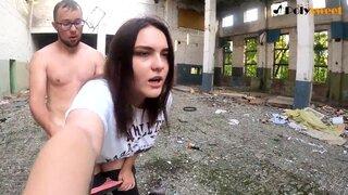 Русская девушка трахается с парнем, в заброшенном здании у дороги