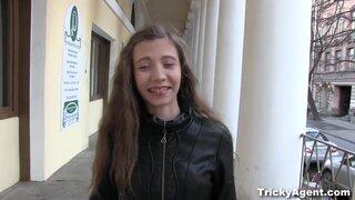 Длинноволосая россиянка согласилась сняться в тестовом порно видео