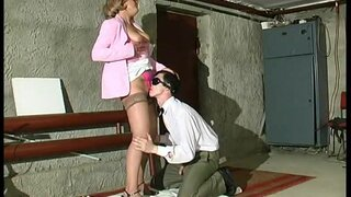 Зрелая женщина трахнулась в подвале, с работником жкх
