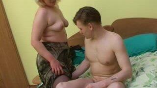 Зрелая толстушка не дает молодому парню посмотреть телевизор